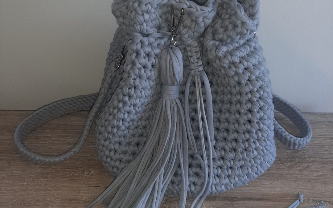 Szara torebka ze sznurka bawełnianego.